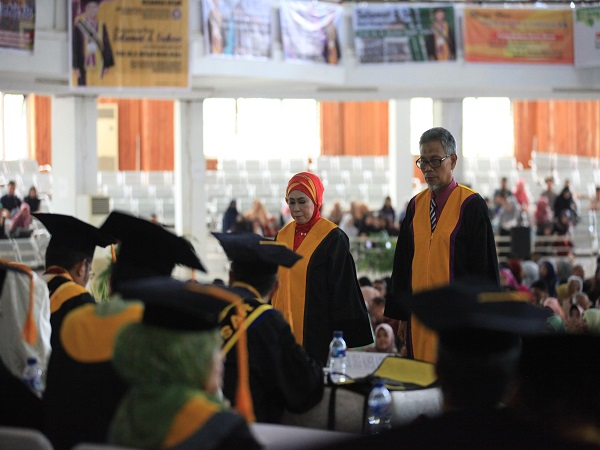 Pengukuhan Prof. Dr. H. Ruslan Majid, M.Kes sebagai Guru Besar Pertama di FKM UHO